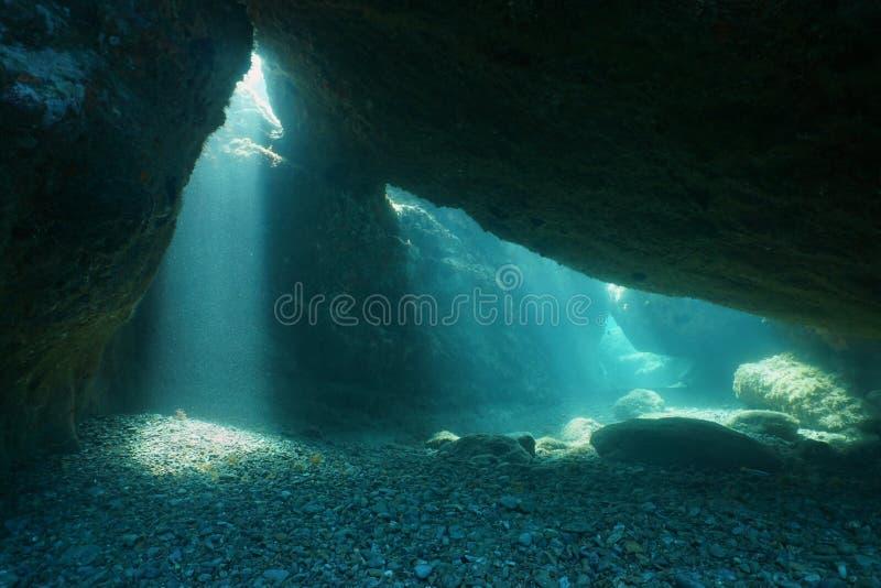 Под Средиземным морем солнечного луча утесов подводным стоковые изображения