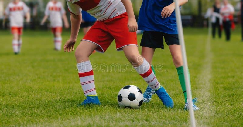 Поединок футбола Идущие футболисты футбола Футболисты пиная футбольный матч Турнир школы футбола стоковое фото rf