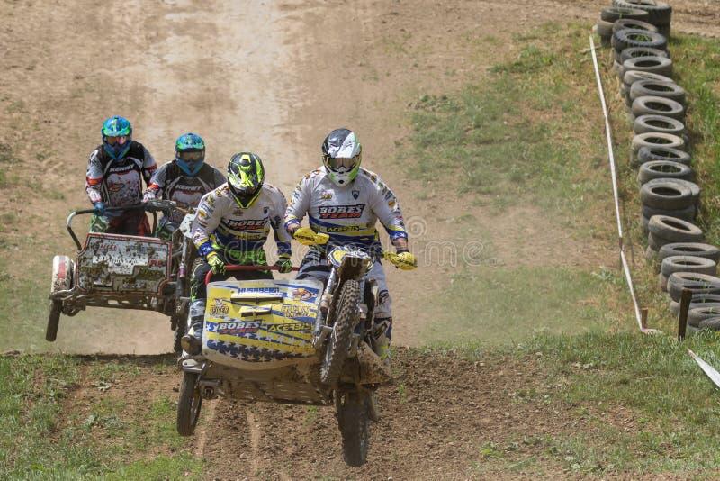 Поединок экипажа 2 sidecars в гонке стоковые фотографии rf