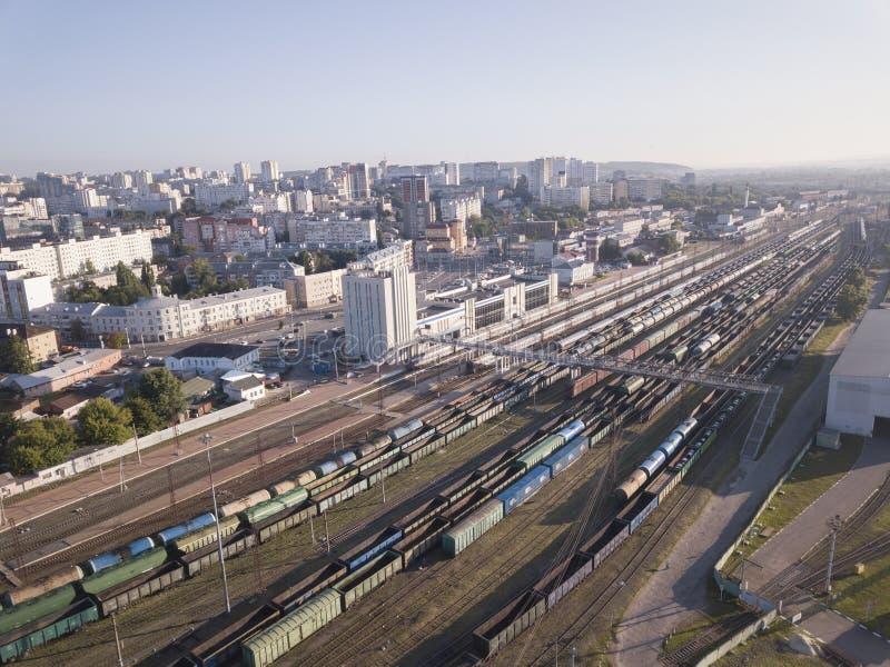 Поезда груза Вид с воздуха от фуры перевозки трутня на железнодорожном вокзале Железная дорога Тяжелая индустрия r стоковая фотография