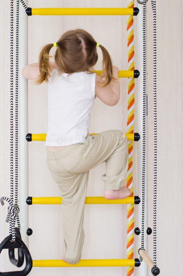 Поезда маленькой девочки взбираясь вверх лестницы стоковая фотография rf