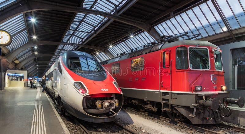 Поезда на железнодорожном вокзале основы Цюриха стоковое фото rf
