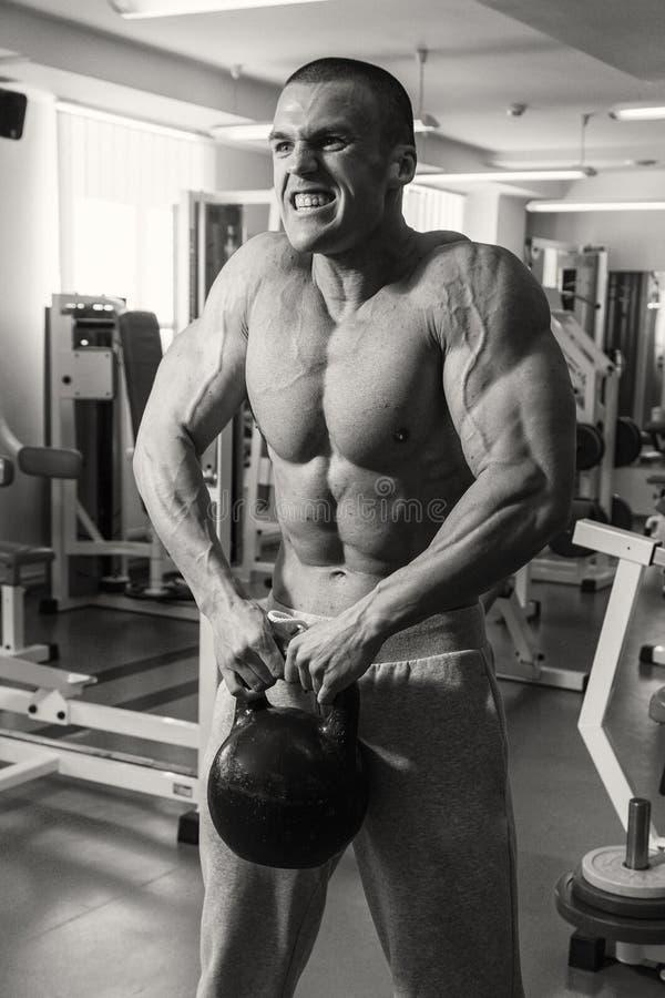 Поезда тренера фитнеса с гантелями стоковое изображение