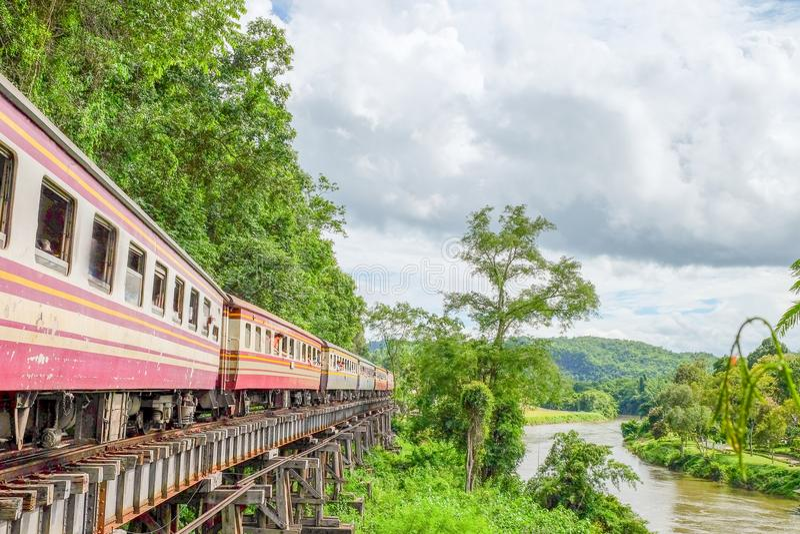 Поезд бежит на следах, железная дорога Таиланд-Бирмы на Второй Мировой Войне железные дороги был построен через скалу рядом с стоковое фото