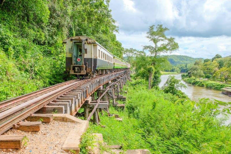 Поезд бежит на следах, железные дороги был построен через скалу около t стоковое фото rf