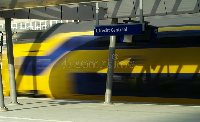 Поезд быстро проходя прочь стоковые фотографии rf