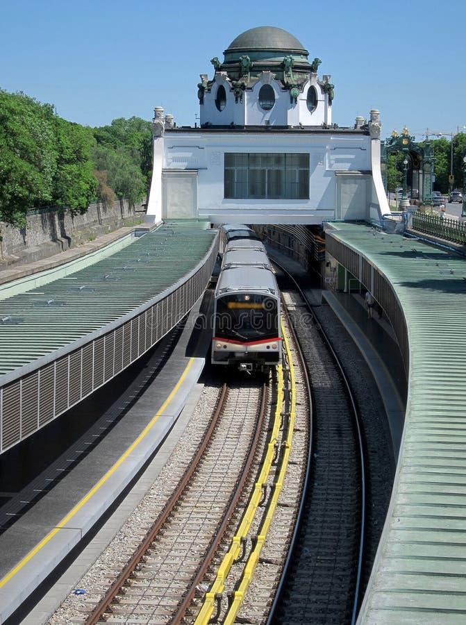 Поезд входя в станцию метро стиля Арт Деко в вену стоковое фото rf