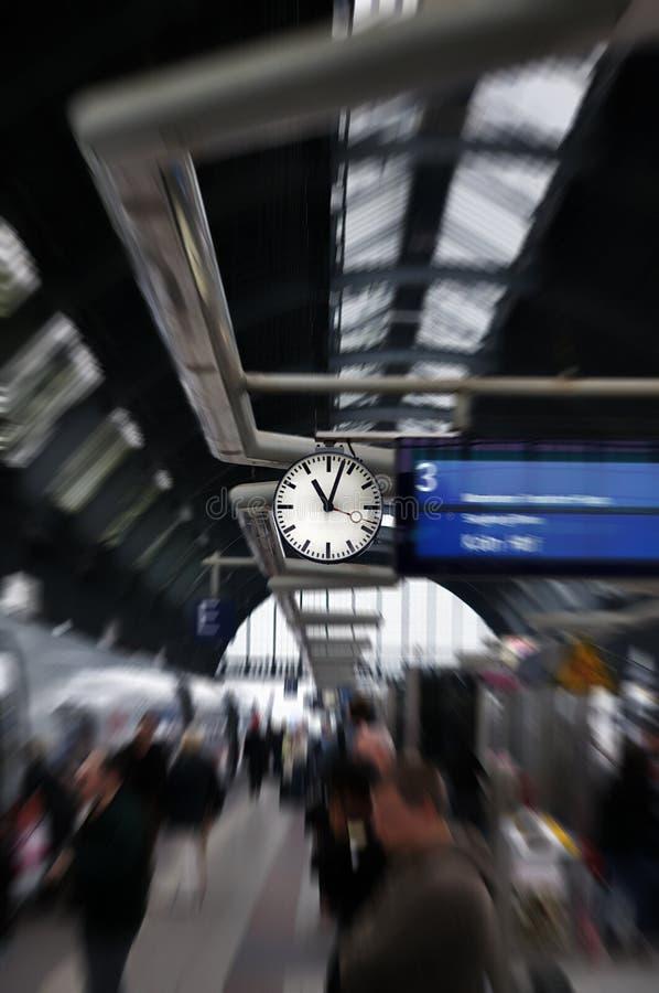 поезд главным образом станции frankfurt Германии часов стоковое изображение rf