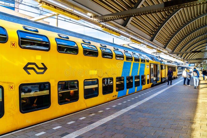 Поезд двойной палуба уходя от станции Amesfoord стоковая фотография rf