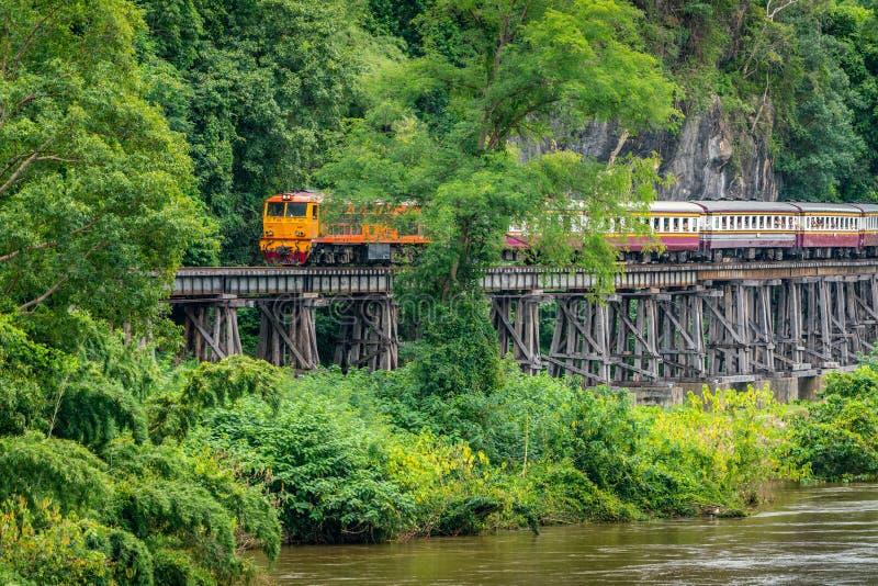 Поезд едет на железной дороге Бирмы в провинции Kanchanaburi, Таиланде стоковое изображение rf