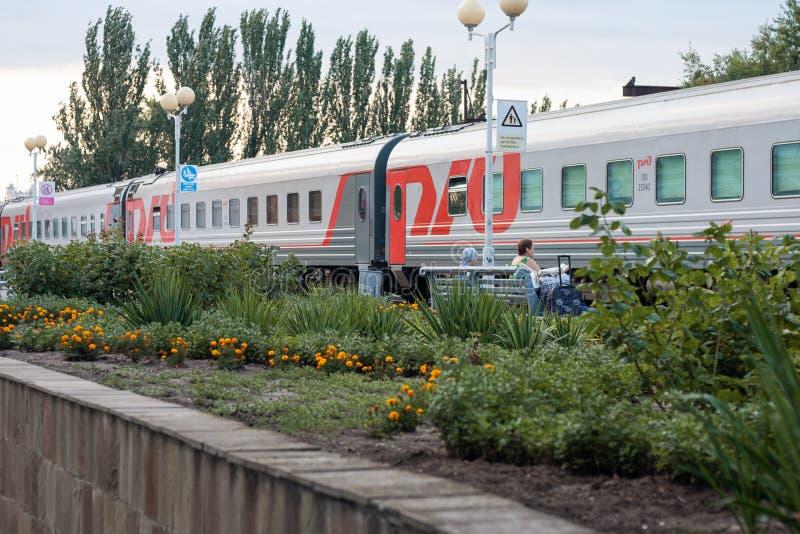 Поезд ждет на станции стоковая фотография