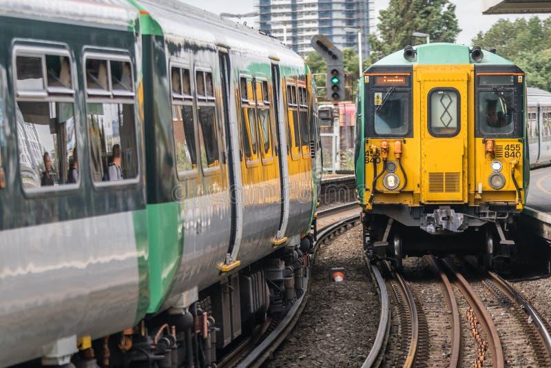 Поезд Лондона приезжая на платформу стоковые фото