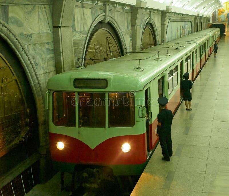 Поезд метро в станции метро Пхеньяна, Северной Корее стоковые изображения rf