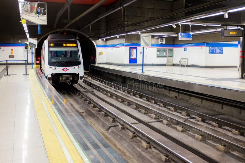 Поезд метро приезжает на платформу метро Мадрида в станцию Chamartin стоковая фотография rf