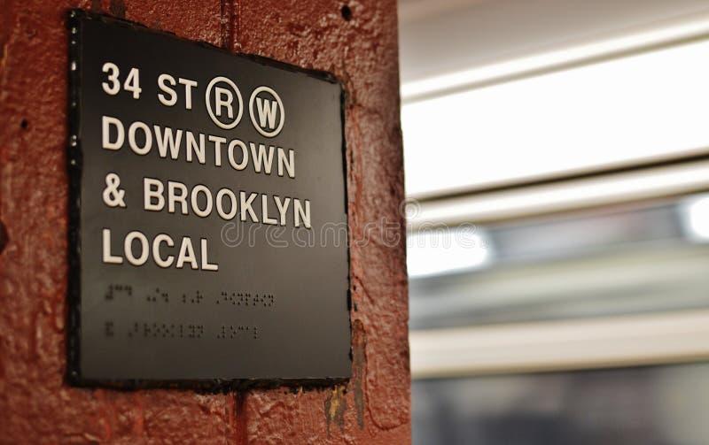 Поезд направления знака MTA перехода города данным по метро Нью-Йорка городской стоковые фото