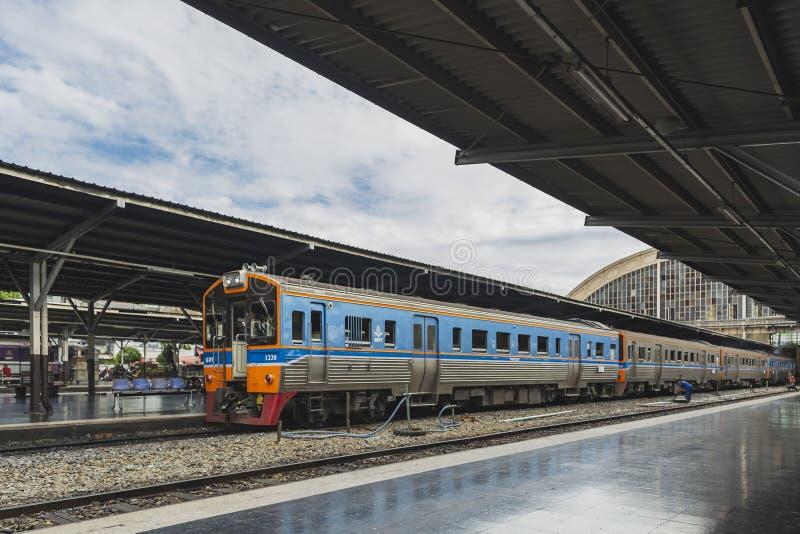 Поезд на железнодорожном вокзале стоковое фото