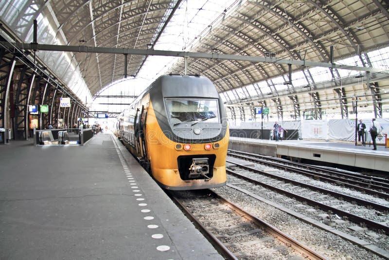 Поезд на Нидерландах Амстердам центральной станции стоковые фотографии rf