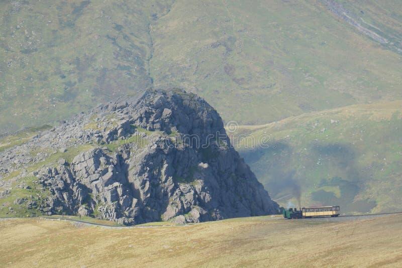 Поезд пара железной дороги горы Snowdon восходя к саммиту держателя Snowdon стоковое изображение