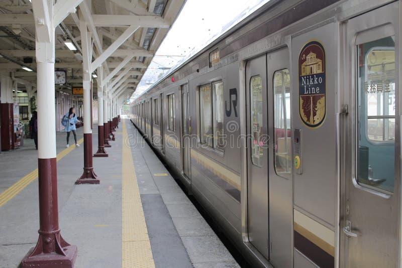 поезд приезжает на вокзал Nikko стоковые изображения