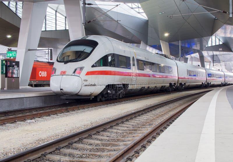 Поезд приезжая на главный вокзал Вены стоковые фото