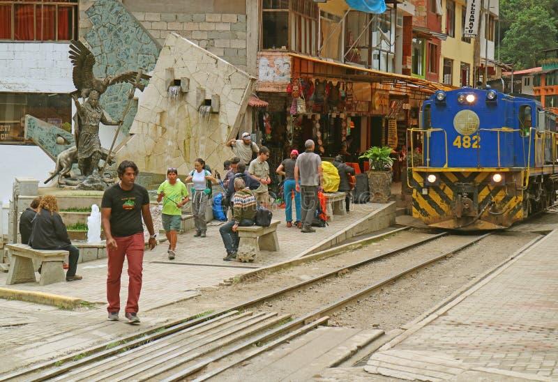 Поезд приезжая на городок Calientes Aguas, самая близкая точка подхода к археологическим раскопкам Machu Picchu, Перу стоковое фото