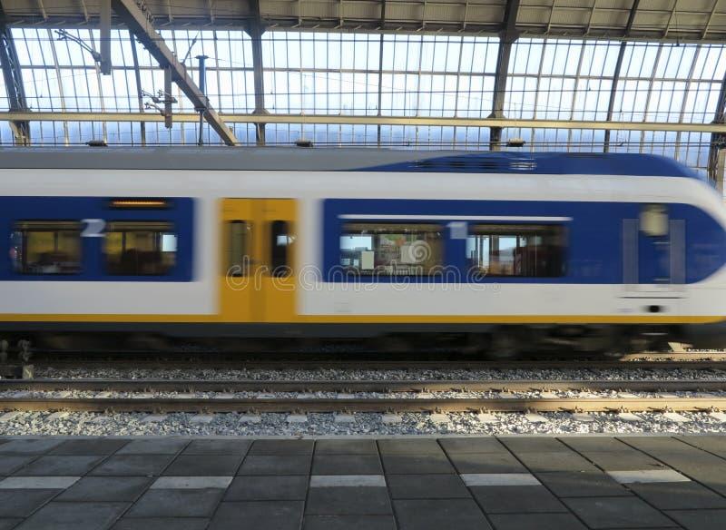 Поезд приезжая на станцию стоковое изображение rf