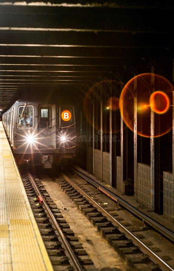 Поезд причаливая в станции метро в Манхэттене стоковое изображение rf