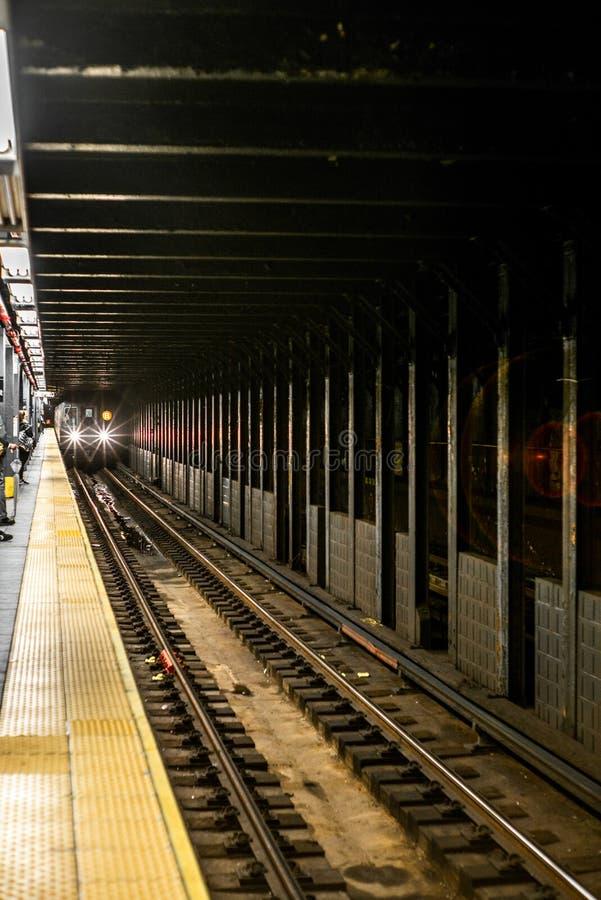 Поезд причаливая в станции метро в Манхэттене стоковые фотографии rf