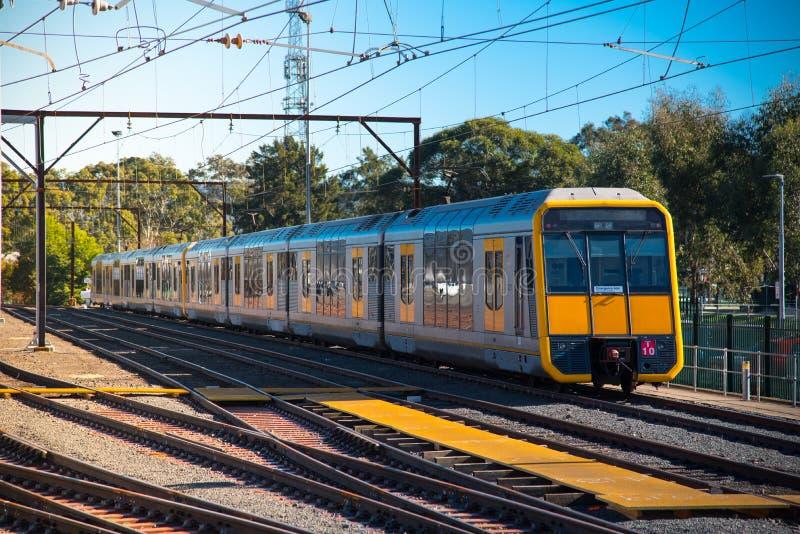 Поезд Сиднея пригородная сеть пассажирской железной дороги служа Сидней на железнодорожном пути на железнодорожном вокзале Penrit стоковые фото