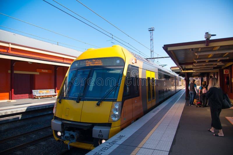 Поезд Сиднея пригородная сеть пассажирской железной дороги служа Сидней в partfrom на железнодорожном вокзале Penrith стоковые фотографии rf