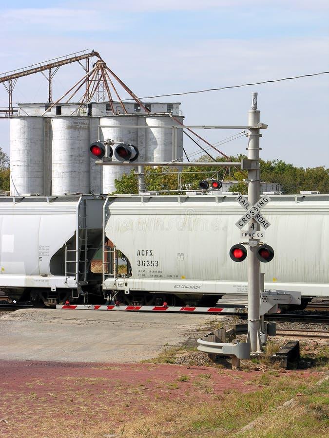 поезд силосохранилищ скрещивания стоковое изображение rf