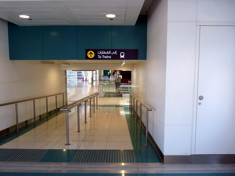 поезд станции метро Дубай стоковое изображение rf