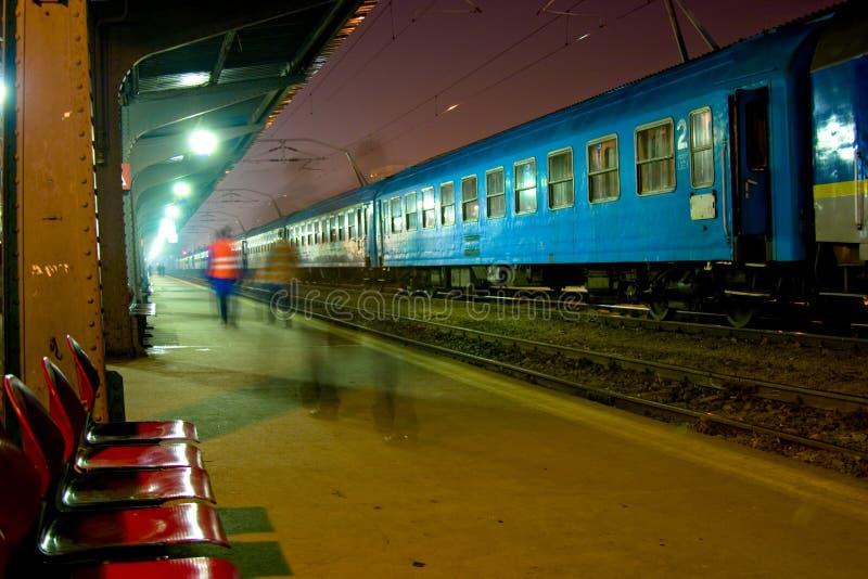 поезд станции ночи стоковые фотографии rf