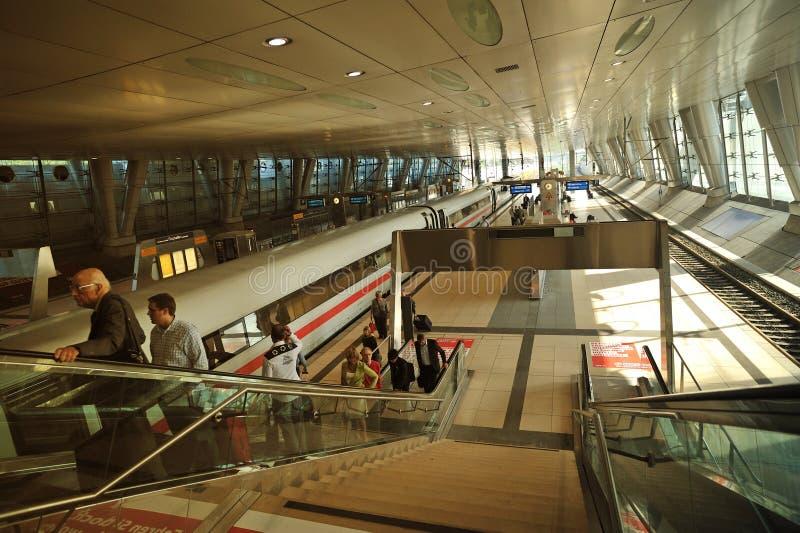 поезд станции frankfurt авиапорта стоковое изображение rf