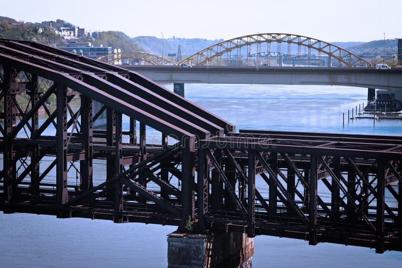 поезд фасонируемый мостом старый стоковые фото