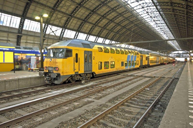 поезд amsterdam приезжая нидерландский стоковые фотографии rf