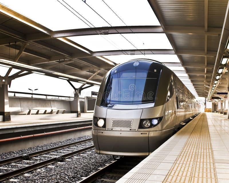 поезд gautrain регулярного пассажира пригородных поездов высокоскоростной стоковое фото rf