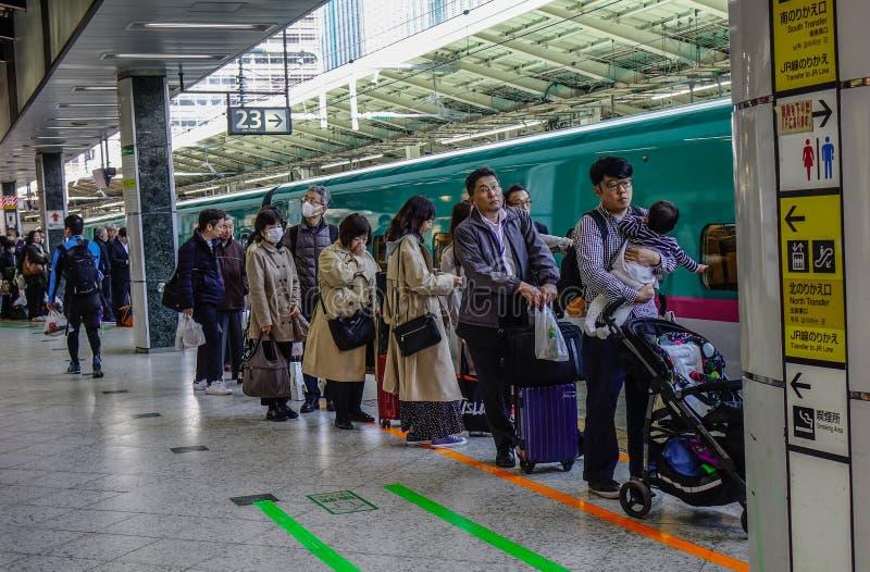Поезд Shinkansen останавливая на станции стоковые изображения rf