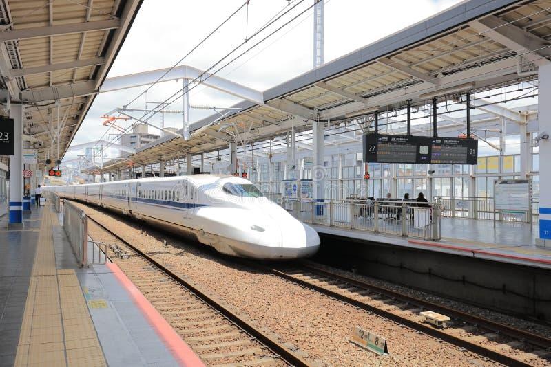 Поезд Shinkansen останавливая на станции Okayama стоковое фото