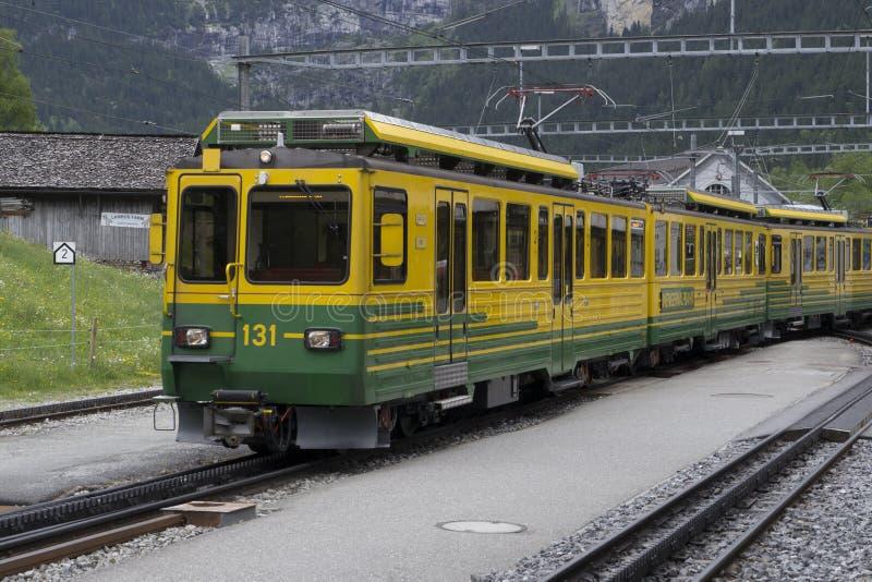 Поезд Wengernalp железнодорожный на Grindelwald Grund, станции, Switzerlan стоковые фотографии rf