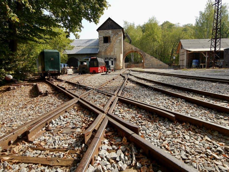 Поезда и фуры в карьере стоковые изображения rf