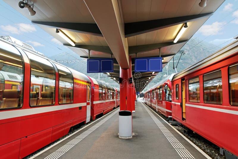 Download Поезда красного цвета. стоковое изображение. изображение насчитывающей гора - 33739419