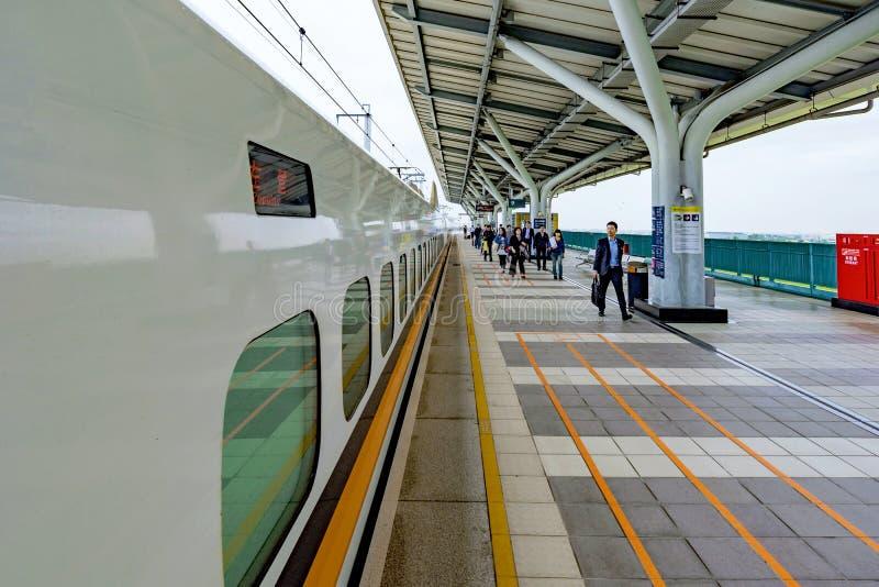 Поезд высокоскоростного рельса уходя для Kaoshiung стоковые фотографии rf