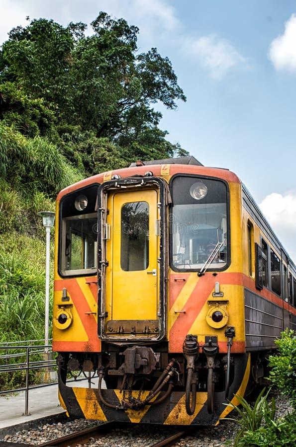 Поезд в деревне Shifen около Тайбэя, Тайваня стоковые изображения rf