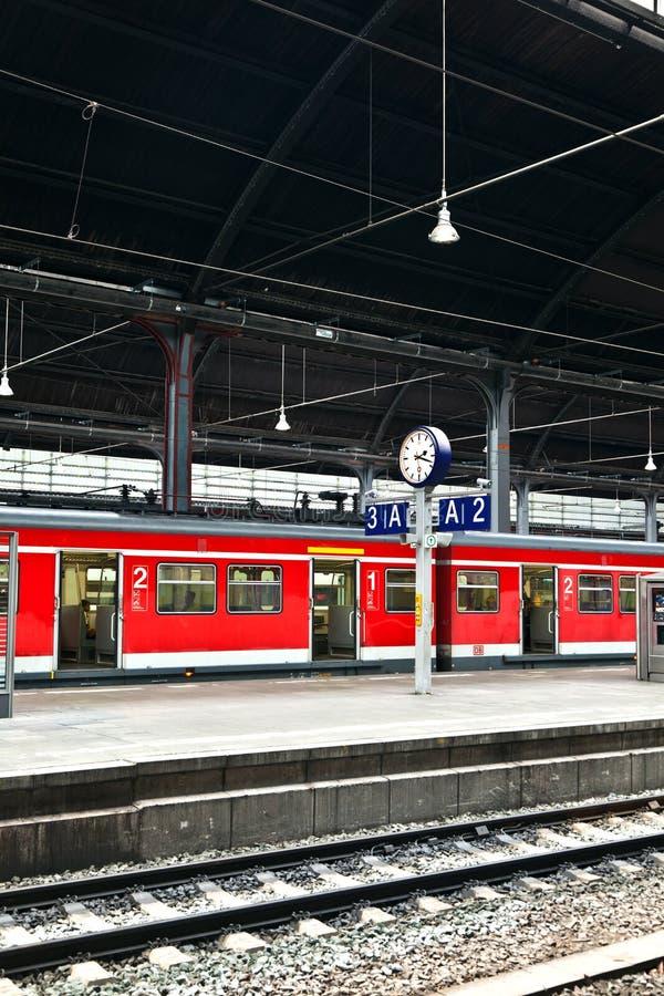 Download Поезд в железнодорожном вокзале Стоковое Изображение - изображение насчитывающей стекло, railway: 40588509