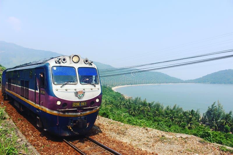 Поезд вдоль сценарного побережья стоковые изображения