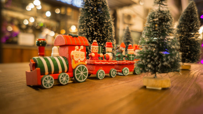 Поезд игрушки рождества и счастливый Новый Год времени стоковая фотография