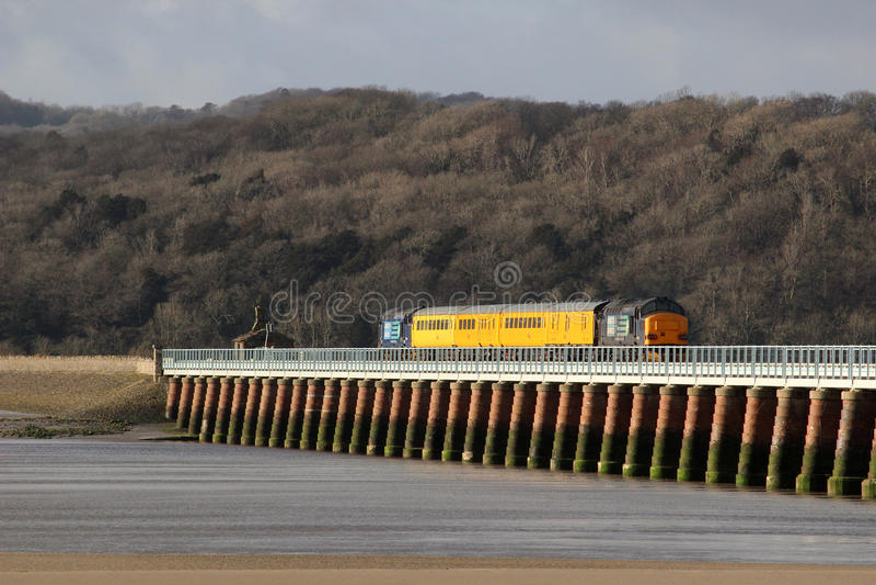 Поезд испытания рельса сети, виадук Arnside, Cumbria стоковые фотографии rf