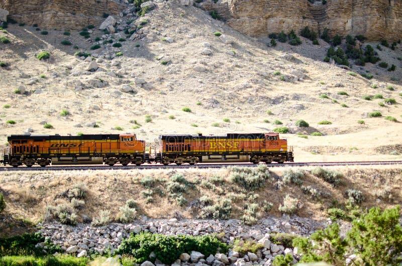 Поезд идя через горы стоковая фотография rf