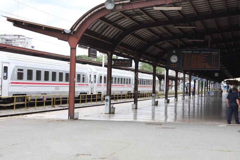 Поезд на главным образом железнодорожной станции в Загребе, Хорватии стоковая фотография